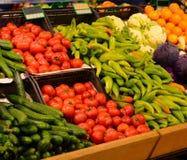 水果市场用各种各样的新鲜的水果和蔬菜 超级市场 免版税图库摄影