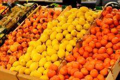 水果市场用各种各样的新鲜的水果和蔬菜 超级市场 免版税库存照片