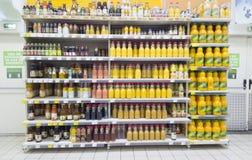 果汁架子在Iasi市,罗马尼亚道路交叉点超级市场  库存照片