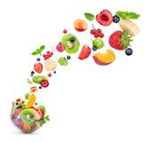 水果沙拉成份在一个玻璃碗的天空中 免版税库存图片