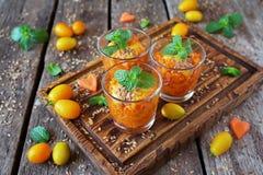水果沙拉点心用红萝卜、桔子和薄菏在玻璃 库存照片