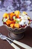 水果沙拉用蜂蜜和酸奶 库存照片