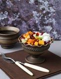 水果沙拉用蜂蜜和酸奶 图库摄影