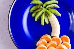 水果沙拉以热带plams的形式 免版税库存图片