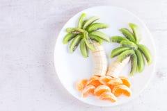 水果沙拉以热带plams的形式 免版税库存照片