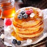 水果的莓果薄煎饼可口早餐  库存照片