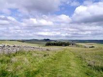 果皮在Hadrian的墙壁道路的碎片地区 库存照片