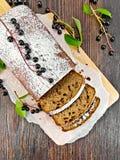 水果蛋糕稠李被切在上面上 免版税图库摄影
