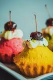 水果蛋糕,牛奶,背景 免版税库存照片