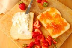 果酱三明治用乳脂干酪和新鲜的莓果 免版税库存图片