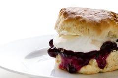 果酱和新鲜的奶油色烤饼 免版税库存照片