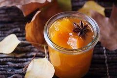 果酱用在一个玻璃瓶子的南瓜 图库摄影