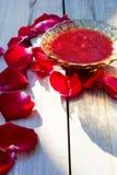 果酱由玫瑰花瓣制成 免版税库存图片