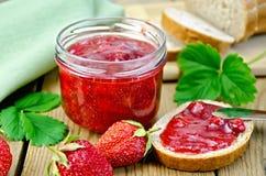 果酱草莓用在委员会的面包 免版税图库摄影
