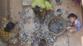 """果阿,印度†""""DEC, 2016年:在f以后的印地安妇女清洁淡菜 库存图片"""
