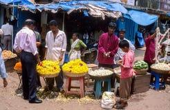 果阿,印度:卖在市场摊位的身份不明的人花 库存照片