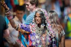 果阿,印度- 2008年1月-一名Lamani妇女的画象充分的传统礼服的在著名Anjuna跳蚤市场上 库存照片
