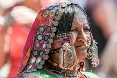 果阿,印度- 2008年1月-一名Lamani妇女的画象充分的传统礼服的在著名Anjuna跳蚤市场上 免版税库存图片