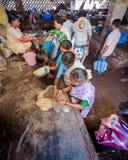 果阿,印度- 2008年2月-购物在马普萨市场上的妇女 免版税库存图片