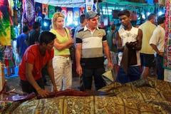 果阿,印度- 11月23 :果阿2014年11月23日,果阿,印度的夜市场 库存图片