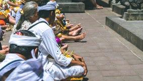 果阿LAWAH,巴厘岛,印度尼西亚- 2016年11月3日:祈祷在仪式的巴厘语在Pura果阿Lawah寺庙,巴厘岛,印度尼西亚 库存图片