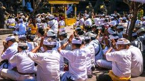 果阿LAWAH,巴厘岛,印度尼西亚- 2016年11月3日:祈祷在庆祝巴厘语仪式期间的人们在Pura果阿Lawah 免版税库存图片