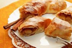 果馅奶酪卷家被烹调,裁减入大块和拂去灰尘用糖粉 库存图片