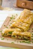 果馅奶酪卷用菠菜、青纹干酪和大蒜 免版税库存图片