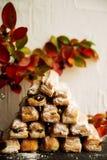 果馅奶酪卷苹果计算机和糖粉末 从喘气的测试的饼干对灰色背景 点心用果子 复制文本的空间 Sele 免版税图库摄影