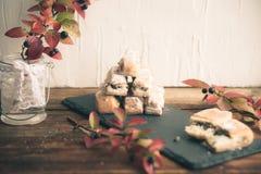 果馅奶酪卷苹果计算机和糖粉末 从喘气的测试的饼干对灰色背景 点心用果子 复制文本的空间 Sele 免版税库存图片