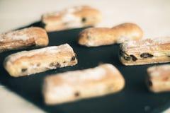 果馅奶酪卷苹果计算机和糖粉末 从喘气的测试的饼干对灰色背景 点心用果子 复制文本的空间 Sele 免版税库存照片