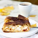 果馅奶酪卷,饼用乳酪 秋天栗子装饰葡萄10月石榴木头 免版税图库摄影