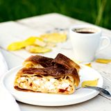 果馅奶酪卷,饼用乳酪 秋天栗子装饰葡萄10月石榴木头 库存图片