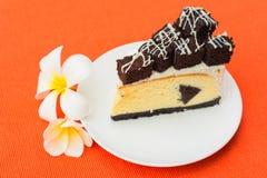 果仁巧克力乳酪蛋糕片断  免版税库存图片