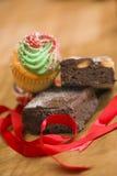 果仁巧克力和杯形蛋糕在圣诞节 免版税库存图片