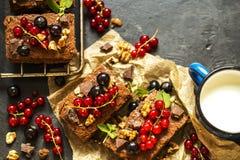 果仁巧克力巧克力蛋糕用新鲜的莓果、无核小葡萄干和薄菏 免版税库存图片