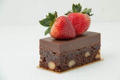 果仁巧克力沙漠用在上面的草莓 免版税库存照片