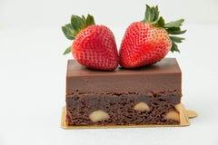 果仁巧克力沙漠用在上面的草莓 免版税图库摄影