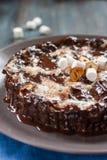 果仁巧克力用蛋白软糖和坚果 免版税库存图片