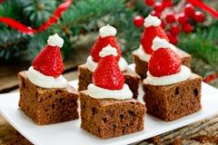 果仁巧克力草莓圣诞老人帽子 免版税图库摄影