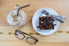 果仁巧克力蛋糕和咖啡 库存照片