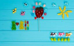果冻糖果的图片以熊,母牛, strawberri的形式 免版税库存照片