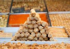 果仁蜜酥饼和其他甜点在市场上 库存图片