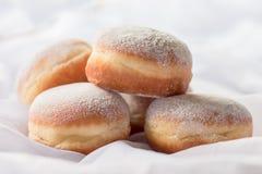 果冻被填装的多福饼用搽粉的糖 免版税库存照片