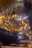 枝形吊灯、圆顶和壁画在壮观和美丽的著名圣索非亚大教堂清真寺 免版税库存照片