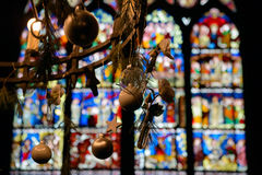 枝形吊灯和行间空格特别大的单块玻璃在史特拉斯堡大教堂,法国 免版税库存照片