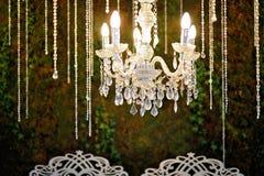 枝形吊灯在豪华旅馆选择聚焦 免版税库存图片