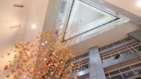 枝形吊灯由在现代大厦,底视图的五彩纸屑制成 金黄水晶,抽象背景 闪耀的背景 库存图片