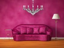 枝形吊灯长沙发闪亮指示紫色表 皇族释放例证