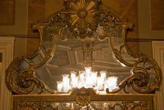 枝形吊灯门厅主要镜子refl 库存图片